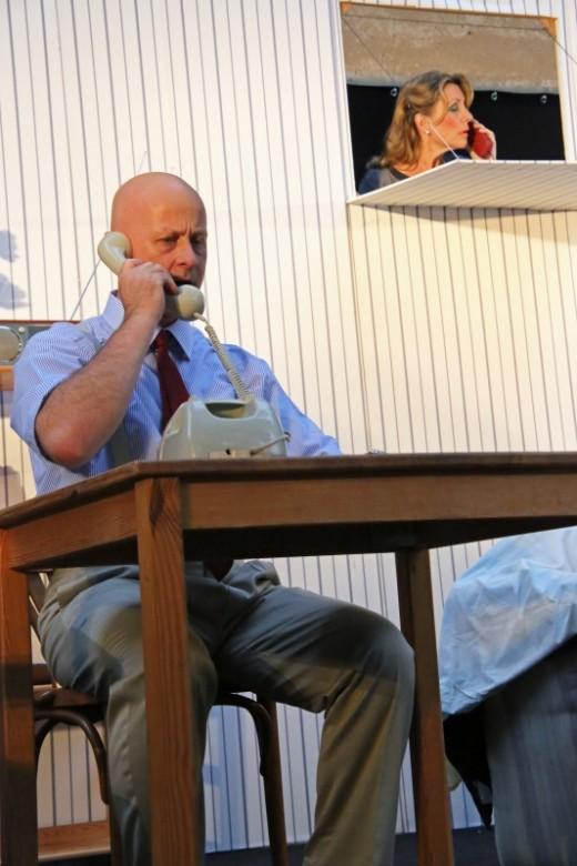 George telefoniert mit seiner Schwester